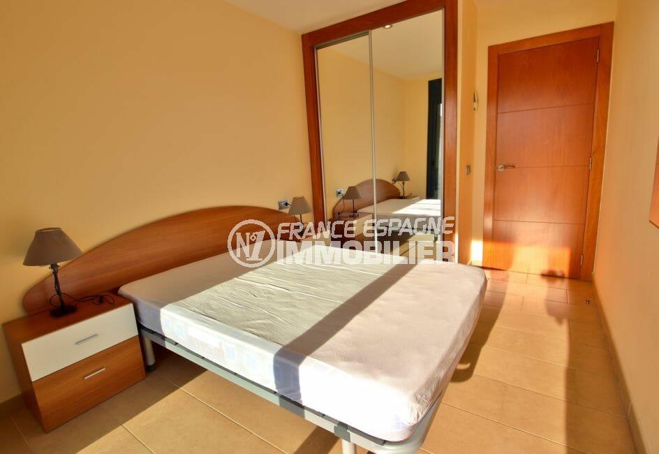 achat appartement rosas espagne, chambre à coucher avec armoire / penderie encastrée