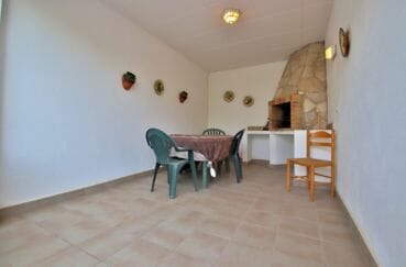 maison a vendre espagne, 1 terrasse solarium donnant sur pièce ferme avec barbecue