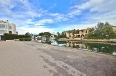 promenade le long du canal avec ses bateaux, proximité plage et commerces