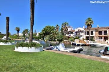 promenade le long du canal d'empuriabrava, villas, bateaux à admirer
