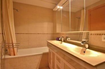 appartement rosas vente, salle de bain avec double vasque et baignoire