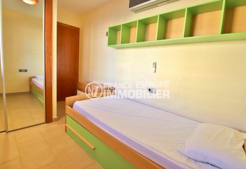 vente immobilier rosas espagne: chambre à coucher avec armoire / penderie encastrée