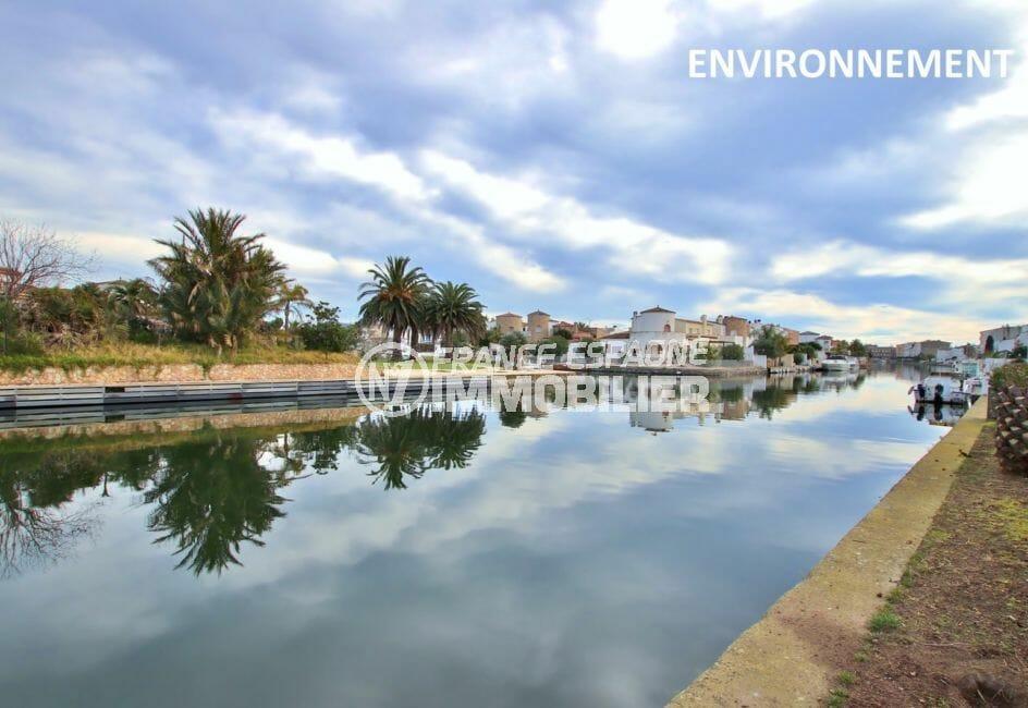 promenage sur le canal d'empuria brava avec ses superbes villas et bateaux