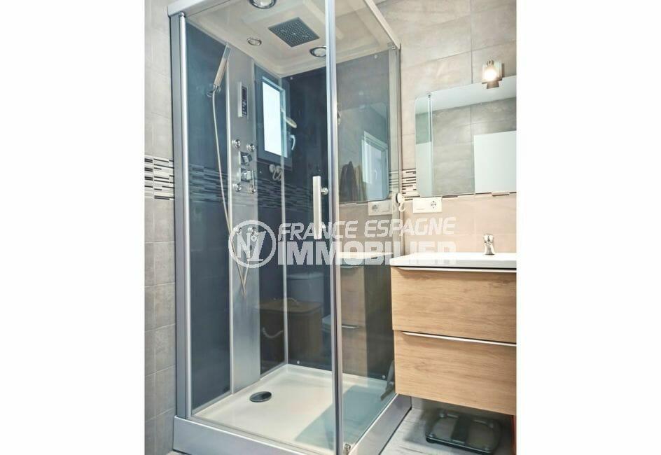 agence immobiliere costa brava: villa 96 m², salle d'eau, cabine de douche hydromassante
