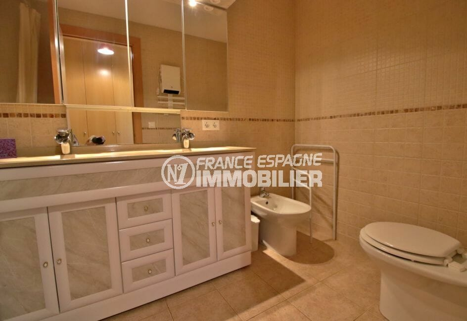 roses espagne: appartement 100 m², salle de bain, toilette et bidet, nombreux rangements