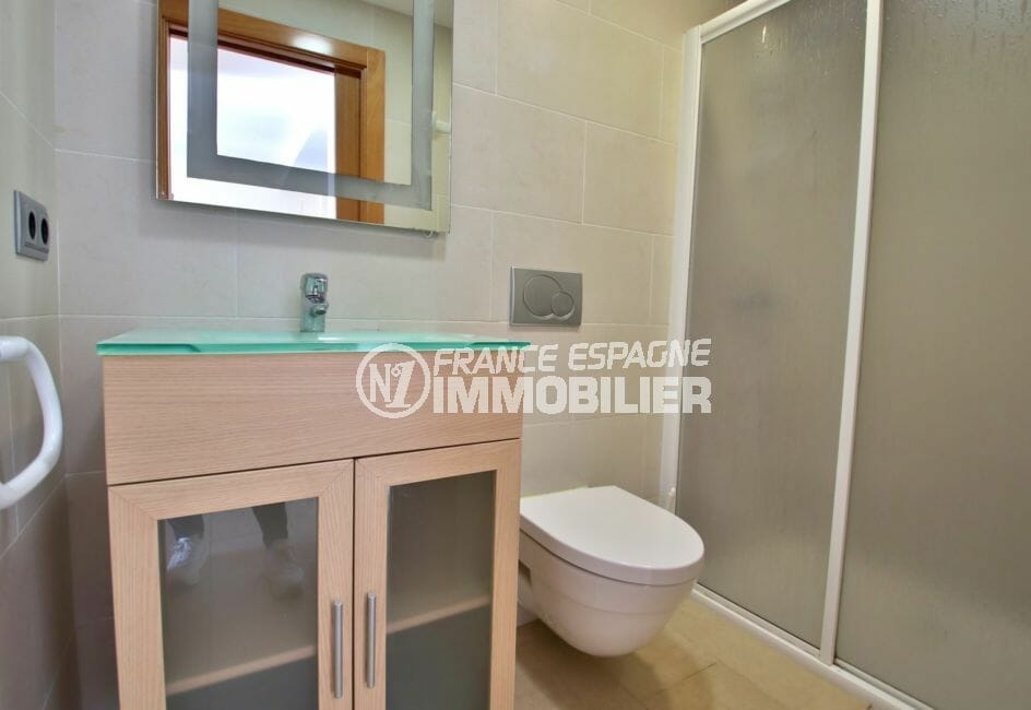 vente immobiliere rosas espagne: appartement 63 m², salle d'eau avec douche spacieuse, wc