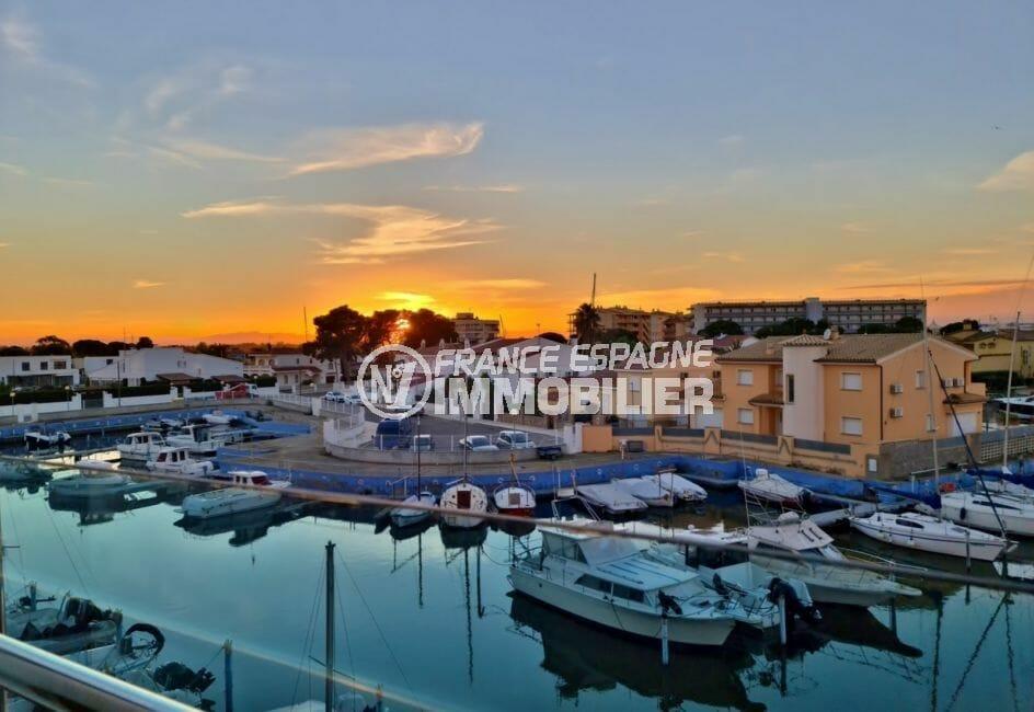 appartement rosas achat, grande terrasse de 18 m² avec vue marina, exposition sud-ouest