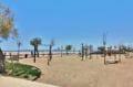 belle plage d'empuriabrava avec ses jeux pour les enfants, balançoire, toboggan