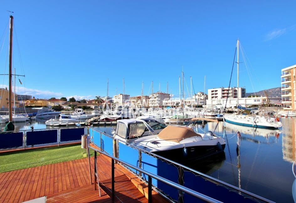 achat immobilier roses: appartement avec grande piscine et sa vue marina
