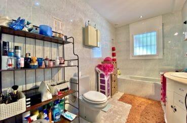 maison a vendre empuria brava, 136 m², salle de bain avec baignoire et wc
