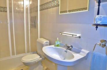 maison a vendre espagne bord de mer, salle d'eau avec cabine de douche, lavabo et wc