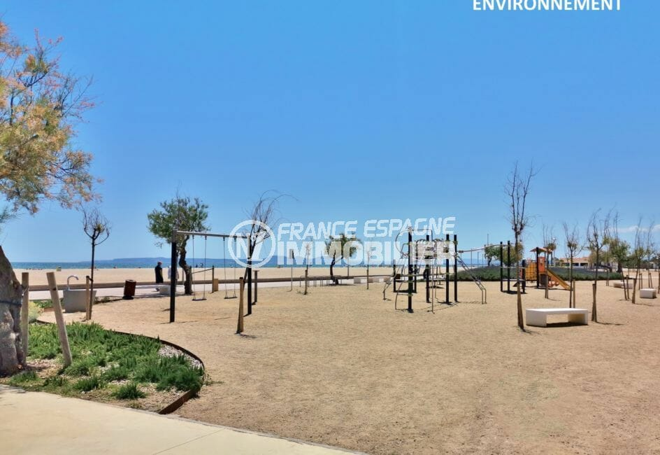 belle plage ensoleillée à 150 m avec ses jeux en plein air pour les enfants