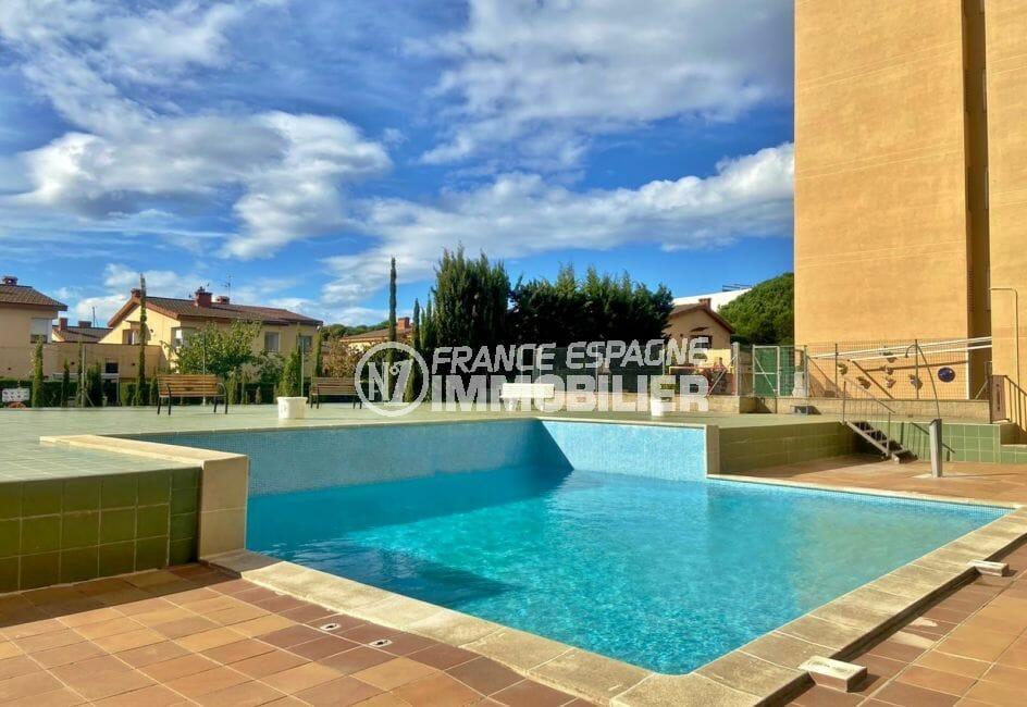 vente appartement rosas, 51 m² avec piscine communautaire et terrain de pétanque, grande terrasse, proche plage