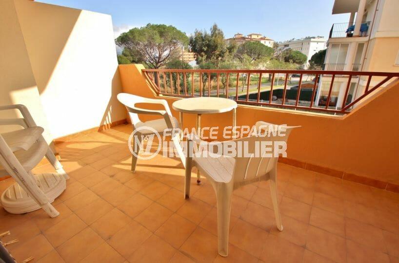 appartement roses, 43 m² avec terrasse de 6 m², parking privé, proche plage et commerces