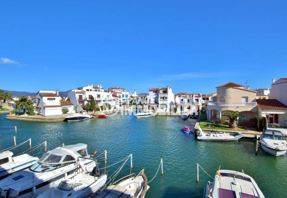 appartement empuriabrava, 2 pièces 56 m² rénové avec terrasse véranda vue canal, plage à 700 m et commerces 400 m