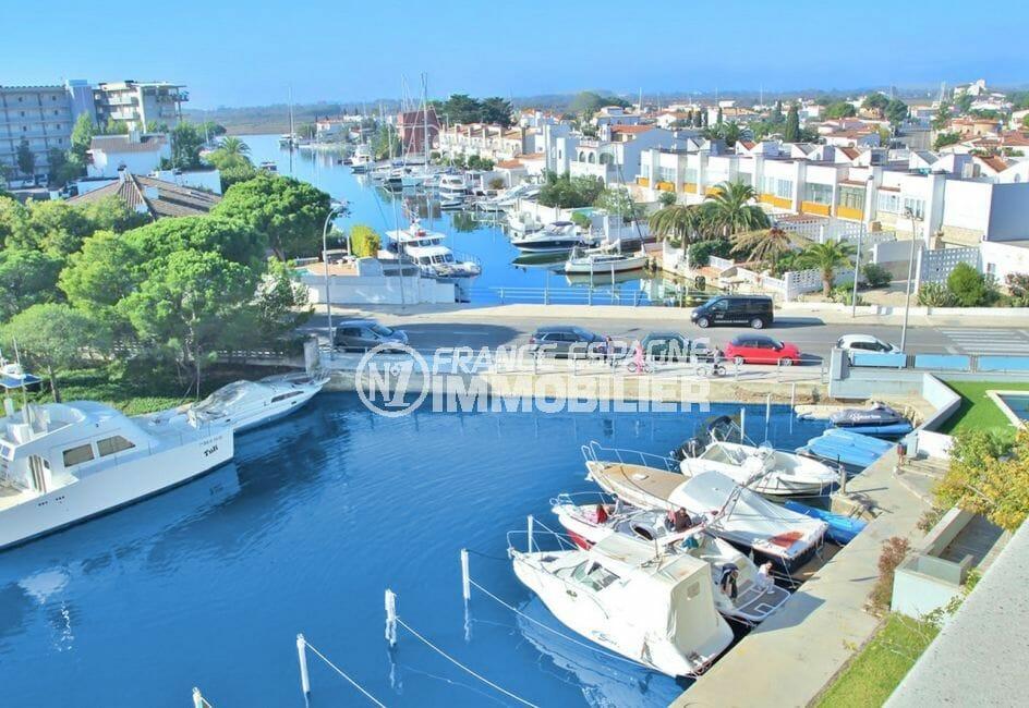 vente appartement rosas, 4 pièces 69 m² avec terrasse 13 m² et amarre privé de 9 m, vue canal, proche plage
