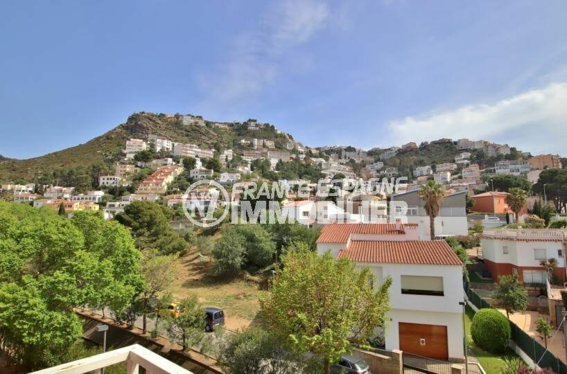 vente appartement rosas, 81 m² avec balcon, vue dégagée montagne, exposition sud-est, 200 m de la plage