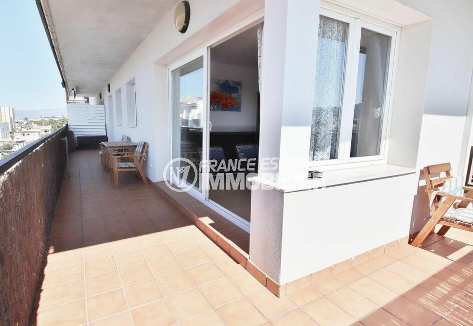 immo roses: appartement 98 m² avec grande terrasse d'angle de 27 m², vue canal