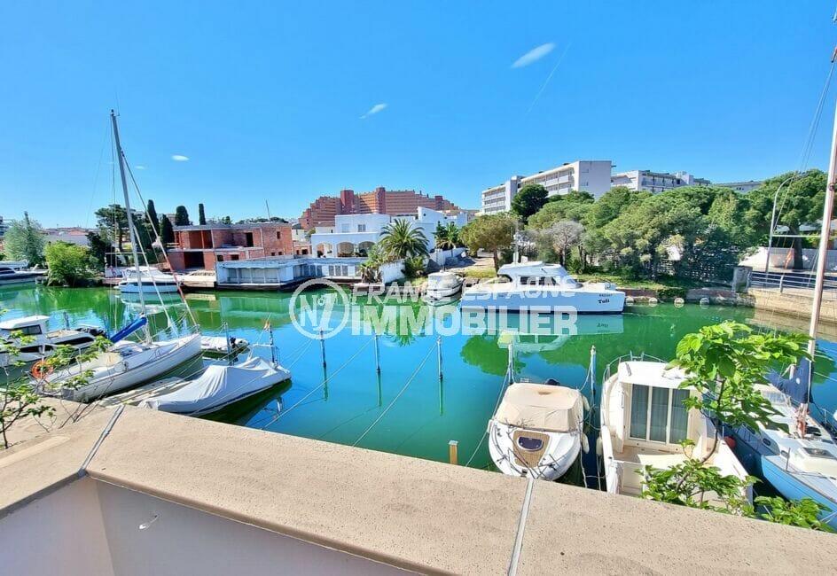 immo roses: appartement 4 pièces 69 m², vue sur les voiliers amarrés sur le canal