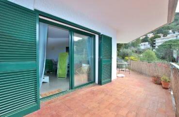 appartements a vendre a rosas, 72 m², salon avec portes vitrées donnant sur terrasse de 20 m²