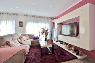 rosas immo: appartement 3 chambres 74 m², grand séjour lumineux sur tons blanc et rose