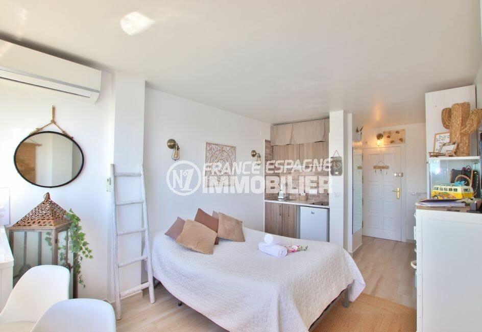appartement à vendre empuriabrava, 27 m² entièrement rénové, séjour avec cuisine ouverte