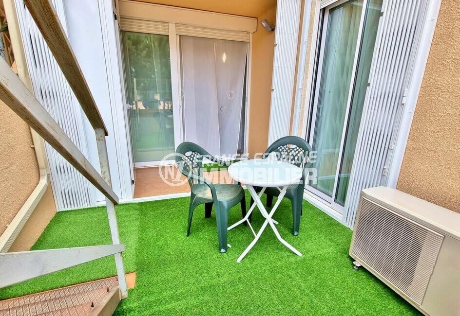 immo roses: appartement 51 m², terrasse avec table et chaises de jardin