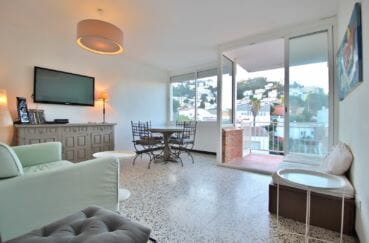 appartement a vendre a rosas, 81 m², beau séjour, lustre au plafond, exposition sud-est