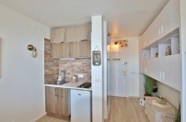 vente empuriabrava: studio 27 m² entièrement rénové, cuisine et hall d'entrée