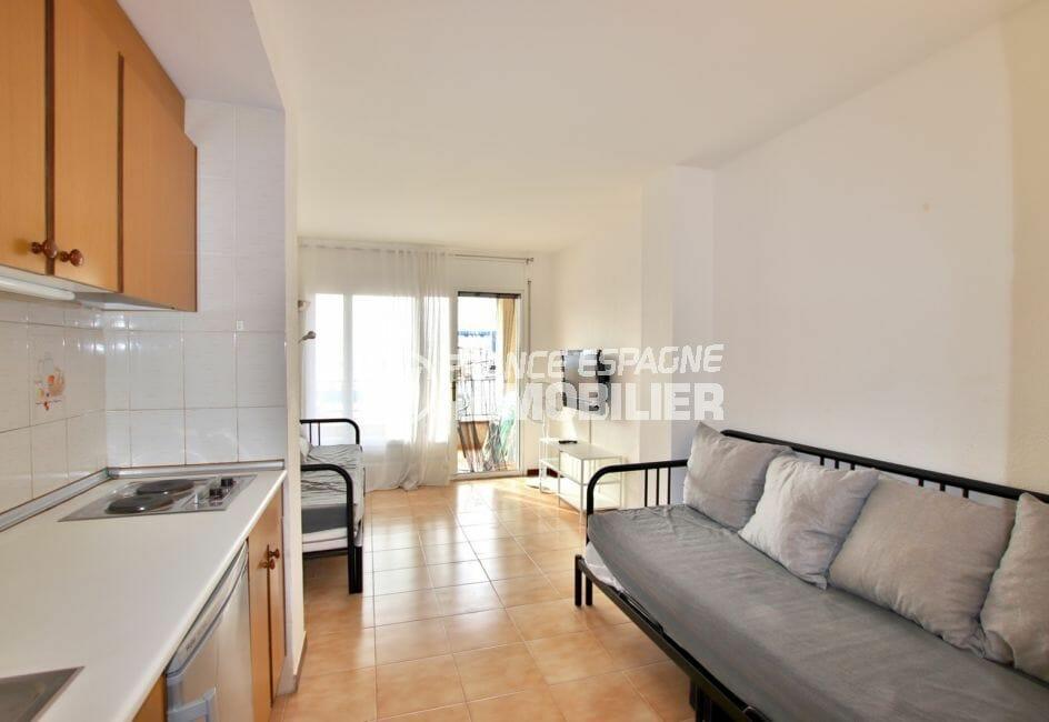 vente costa brava: studio 28 m², séjour avec coin cuisine aménagée, terrasse