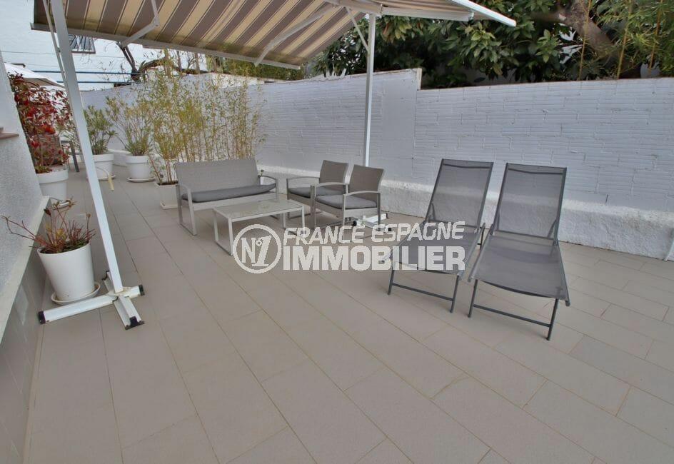 maison a vendre a rosas, villa 76 m² avec piscine, salon de jardin avec auvent