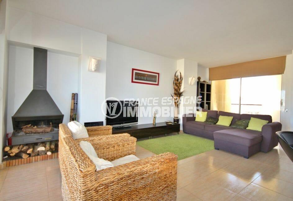 immobilier costa brava vue mer: appartement 97 m², salon avec cheminée moderne