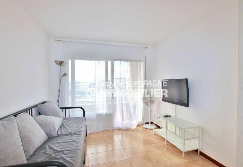 immo roses: studio 28 m², salon avec canpé lit, exposition sud-ouest