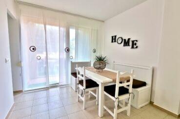 appartements a vendre a rosas, appartement 51 m², coin repas dans le séjour, table, chaises et banquette