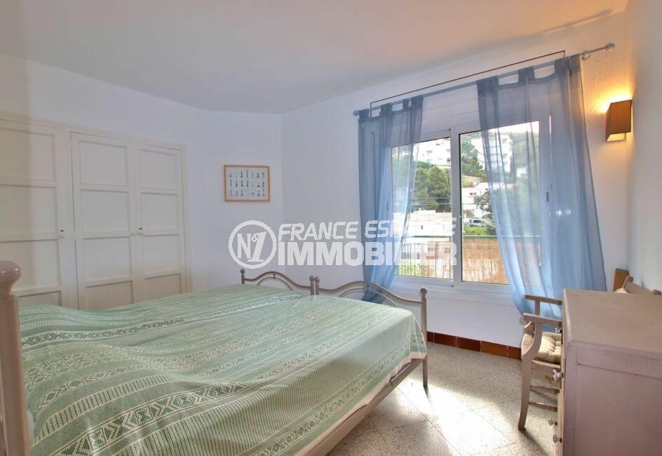 appartement à vendre à rosas espagne, 72 m²,  1° chambre lumineuse, applique murale moderne