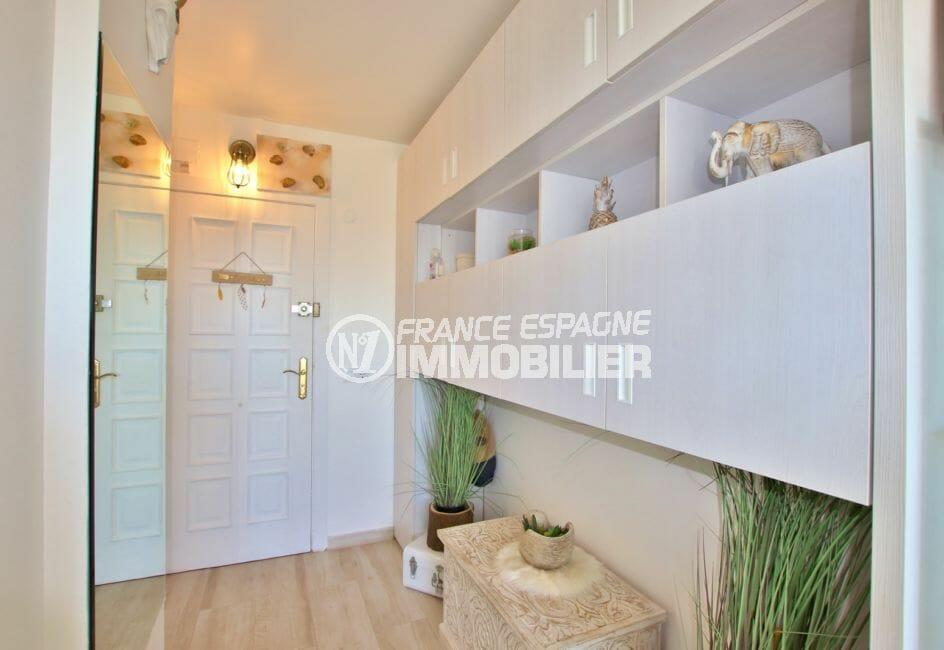 agence empuriabrava: 27 m² entièrement rénové, hall d'entrée avec meuble étagères