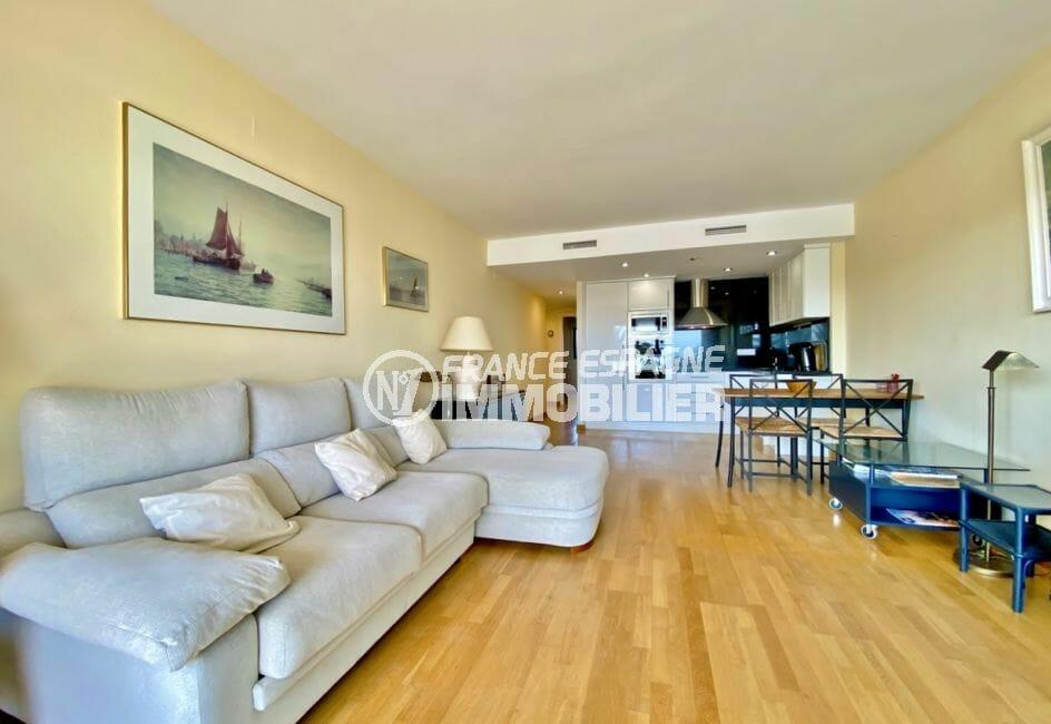 agences immobilières empuriabrava: appartement 69 m², séjour avec cuisine américaine
