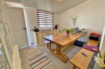 santa margarita espagne: villa 70 m², salle à manger rénovée, table et bancs pour repas, plafonnier