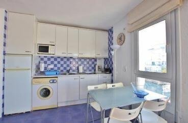 vente immobiliere rosas espagne: appartement 32 m², cuisine ouverte avec table déjeuner et nombreux rangements