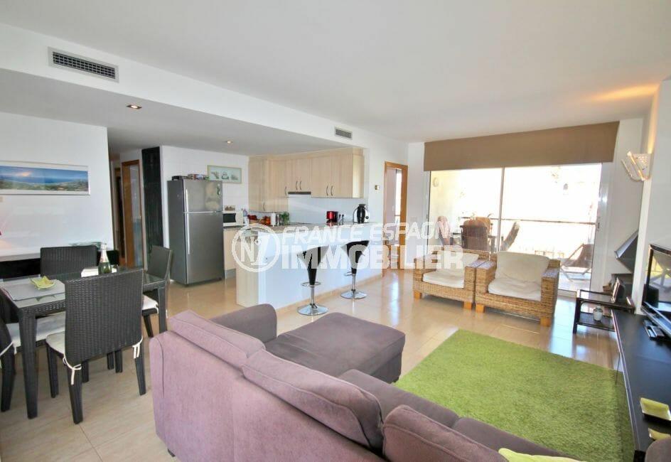 vente empuriabrava: appartement 97 m², salon avec cuisine américiane, coin repas