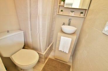 immocenter empuriabrava: studio 27 m², salle d'eau avec douche, vasque moderne et wc
