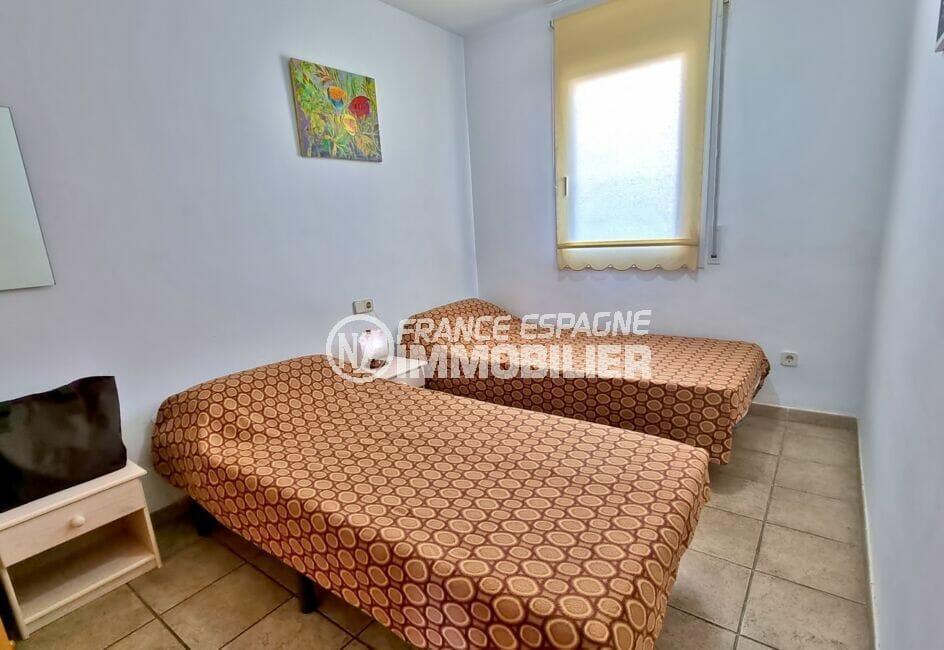 agence immobilière costa brava: appartement 4 pièces 69 m², chambre claire avec deux lits