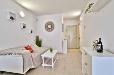 appartement a vendre a rosas, appartement 51 m² séjour avec canapé et étagères, applique murale