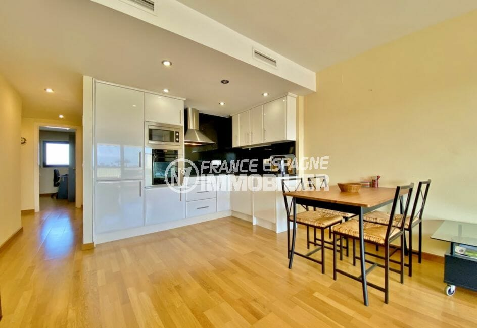 agence immobilière empuriabrava: appartement 69 m², cuisine américaine et son coin repas