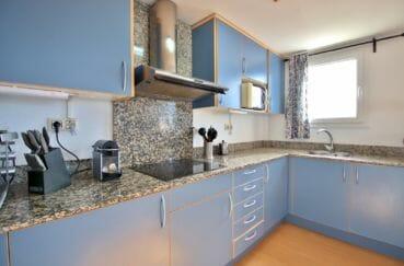 roses espagne: appartement 98 m², cuisine américaine aménagée et équipée