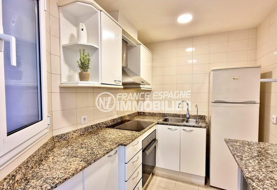 appartement à vendre à rosas espagne, 2 chambres, cuisine aménagée et équipé, plaques et four