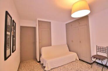 roses espagne: appartement 81 m², 1° chambre à coucher spacieuse avec canapé