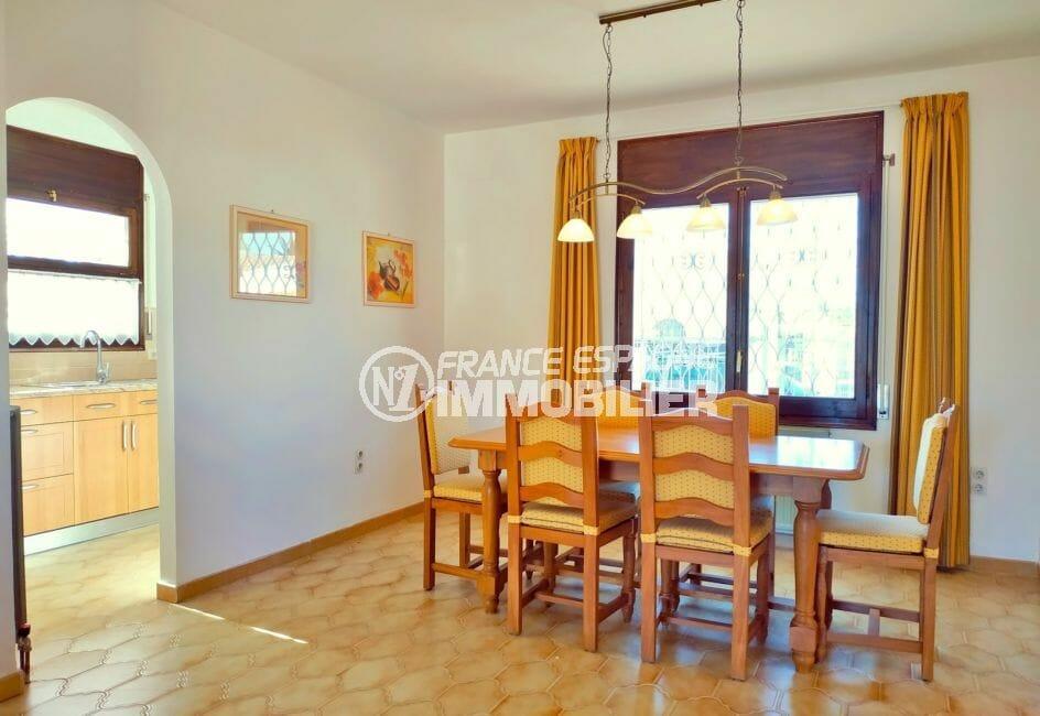 maison empuriabrava avec amarre, 168 m², salle à manger avec la terrasse, vue canal