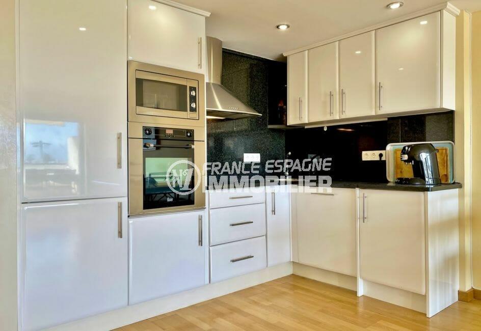 empuriabrava immobilier: appartement 69 m², cuisine américaine aménagée et équipée