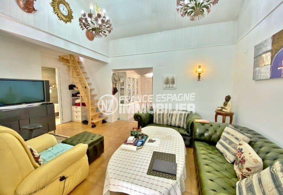 santa margarita rosas: villa 70 m², salon avec escalier en bois pour étage